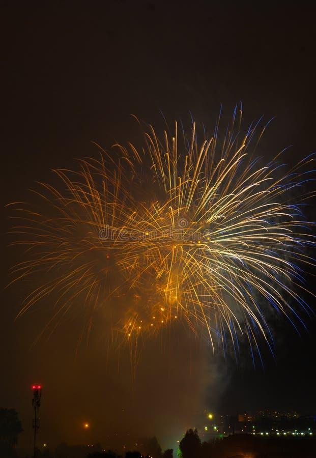 Schöne Feuerwerke im Smog stockbild
