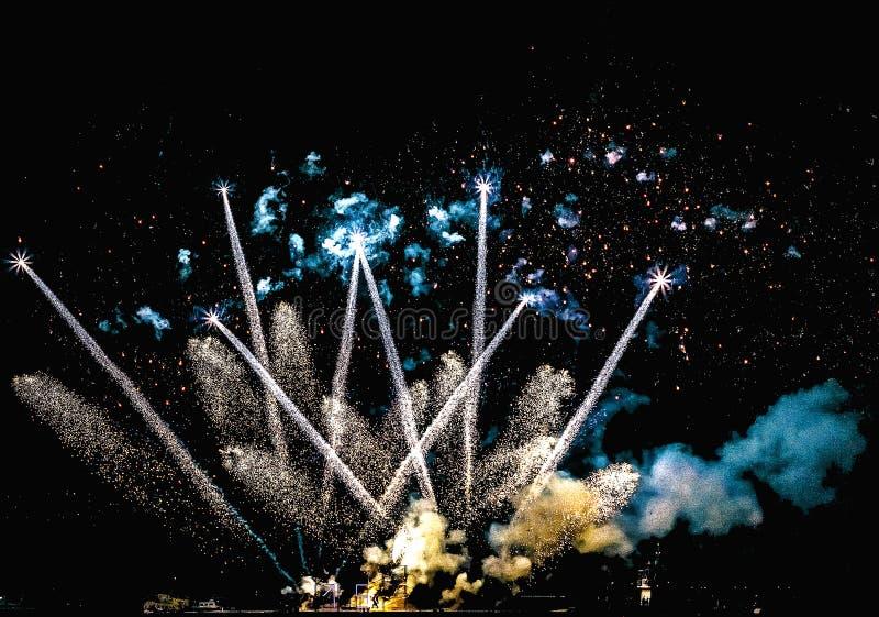Schöne Feuerwerke nachts lizenzfreie stockbilder