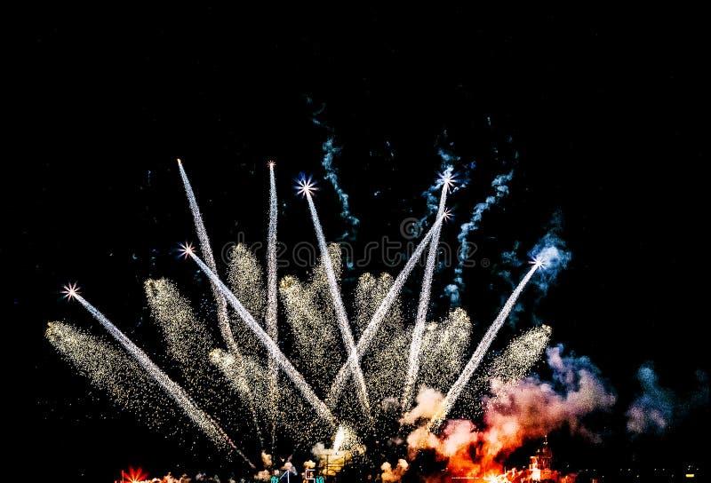 Schöne Feuerwerke nachts lizenzfreies stockfoto