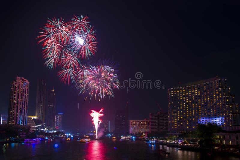 Schöne Feuerwerksanzeige für Feierguten rutsch ins neue jahr und frohe Weihnachten mit Dämmerungsnacht und das Feuerwerk, das her stockbilder
