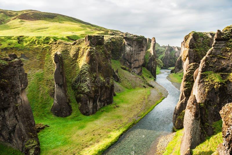 Schöne Fjadrargljufur-Schlucht mit Fluss und großen Felsen stockfoto