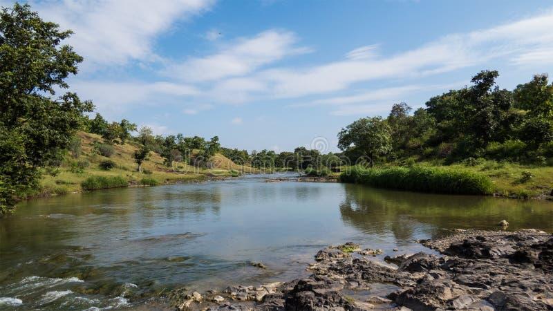 Schöne Fluss-Landschaft mit blauem Himmel am Wald nahe Indore, Indien stockfotografie