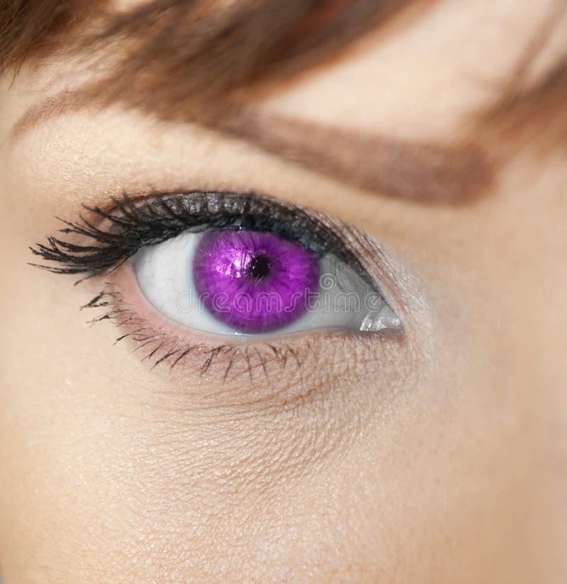 Schöne Form des weiblichen Auges mit schwarz-braunem kosmetischem Make-up stockfotos