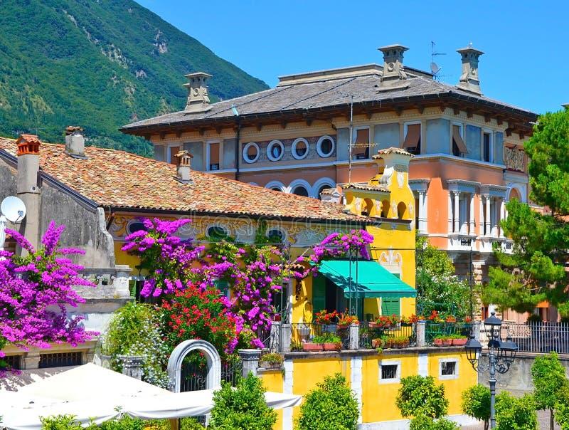 Schöne Frühlingsansicht von Limone-sul Garda, Gebäude in den Blumen Limone-sul Garda, berühmte Region von Lombardei, Italien lizenzfreie stockfotografie