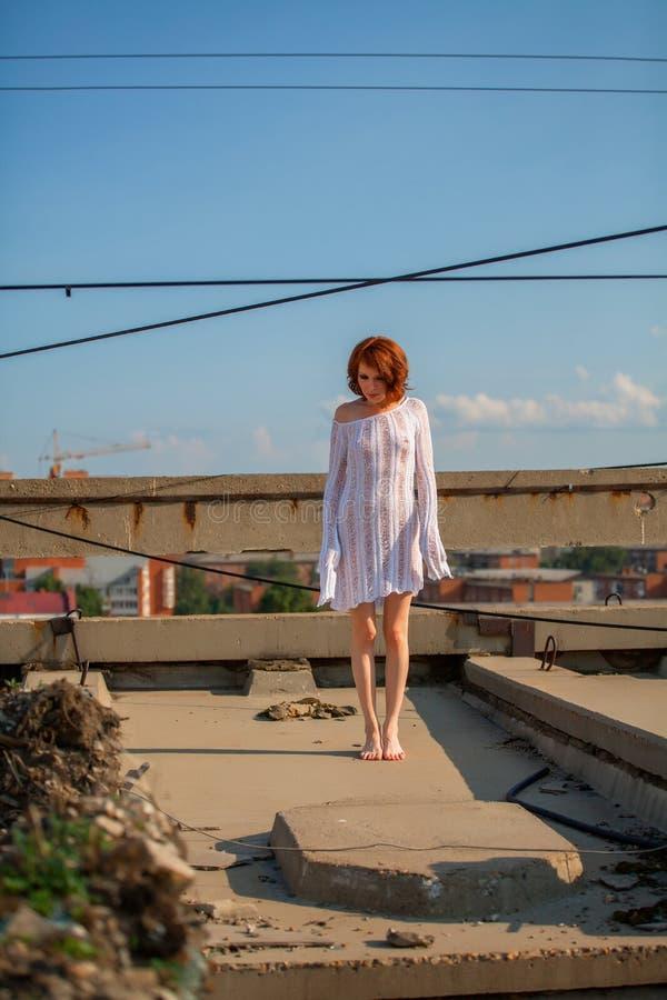 Schöne Frau auf Dach lizenzfreie stockfotografie