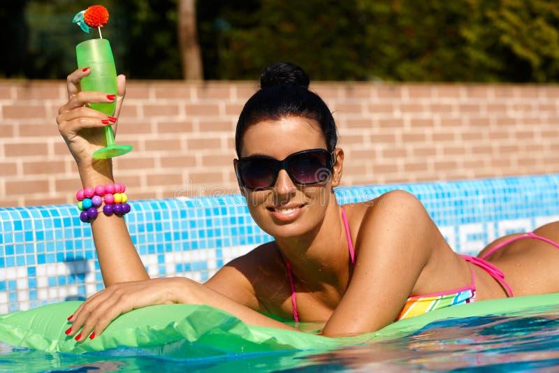 Schöne Frau auf dem airbed Ein Sonnenbad nehmen stockfotos