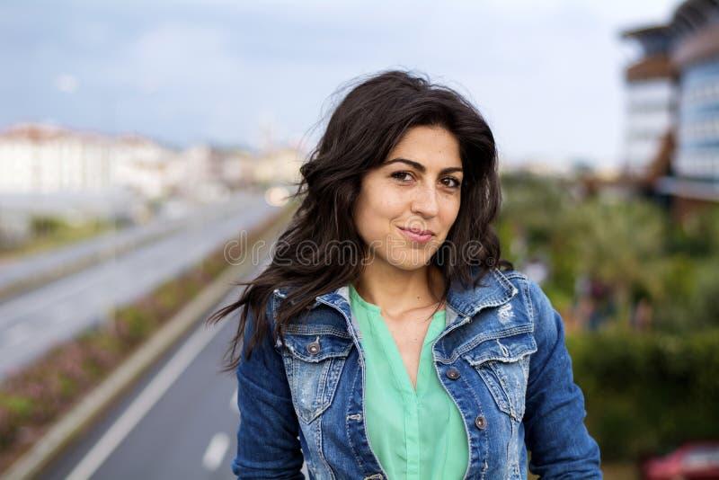 Schöne Frau auf der Straße stockfotos