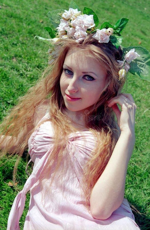 Schöne Frau auf Gras lizenzfreie stockfotos
