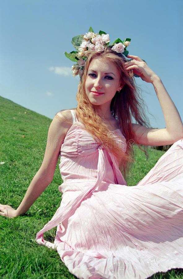 Schöne Frau auf Gras stockbilder