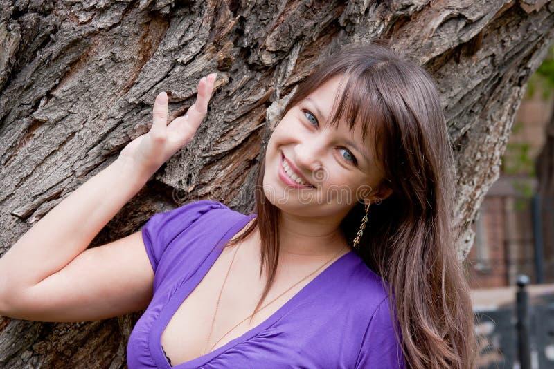 Schöne Frau auf Natur in einem Park lizenzfreie stockfotografie