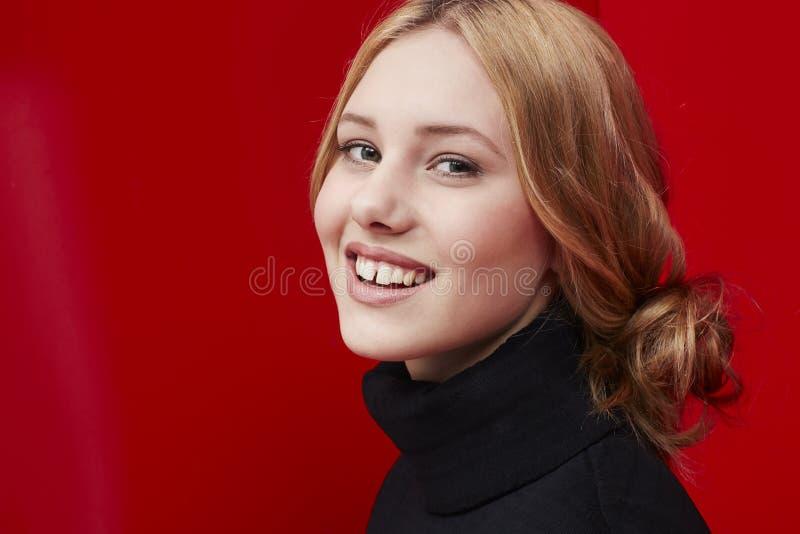 Schöne Frau auf Rot stockbilder