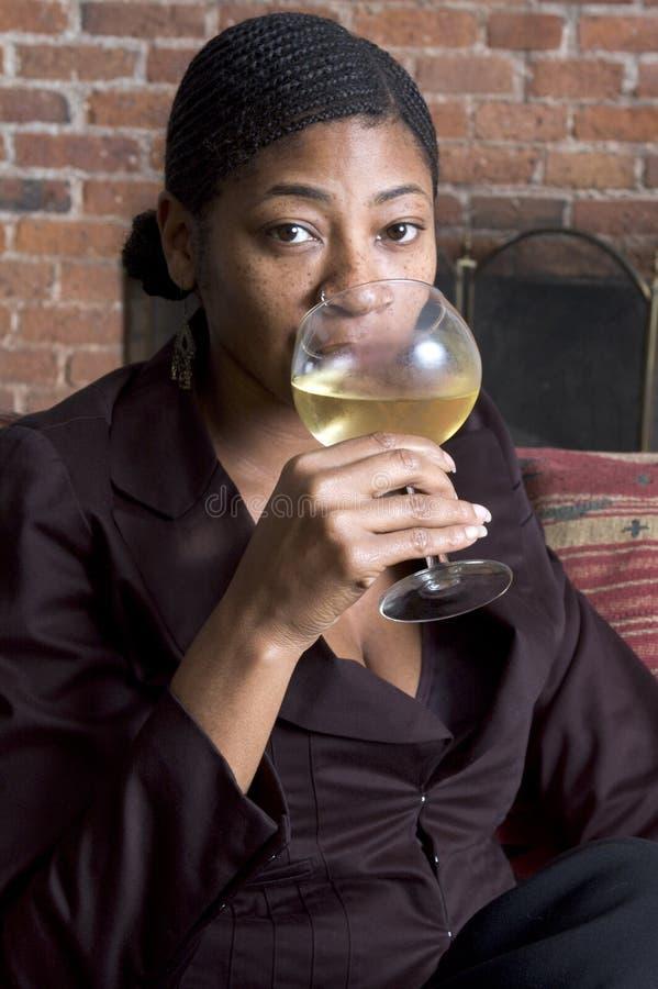 Schöne Frau auf Sofa lizenzfreies stockfoto