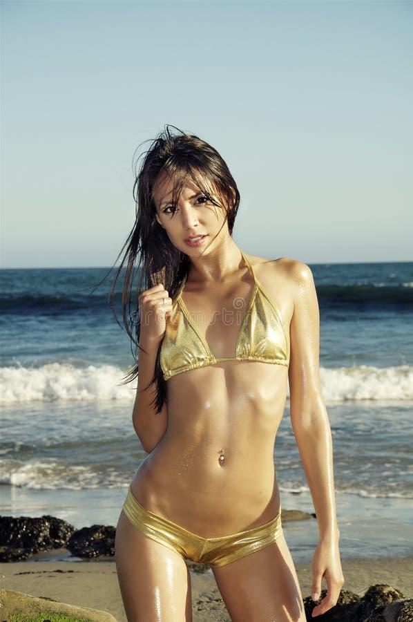 Schöne Frau auf Strand stockbilder