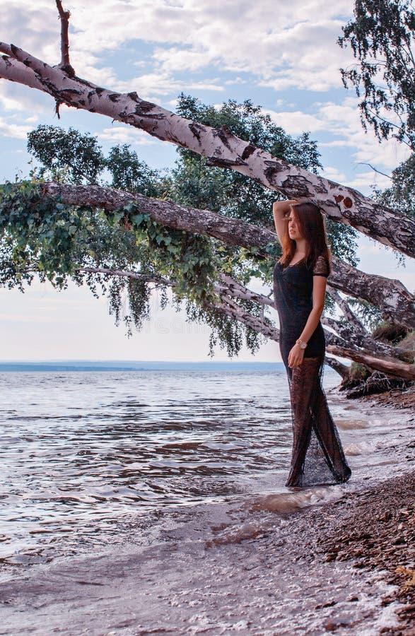 Schöne Frau auf Strand lizenzfreie stockfotografie