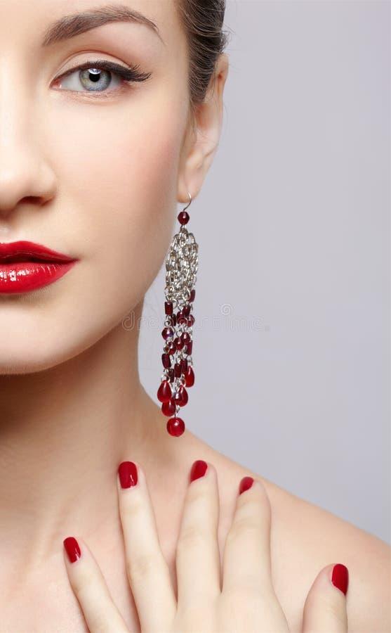 Schöne Frau in den Ohrringen stockbild