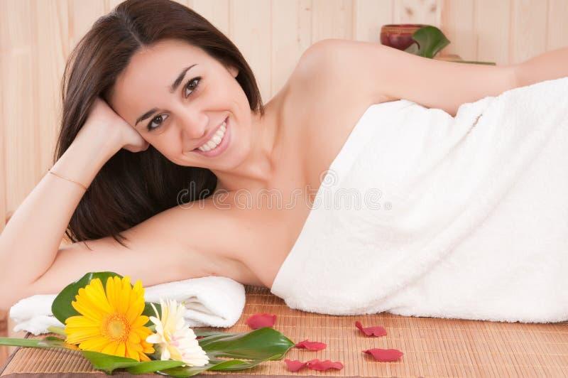 Schöne Frau in der Badekurortmitte, die hat, entspannen sich stockfotografie