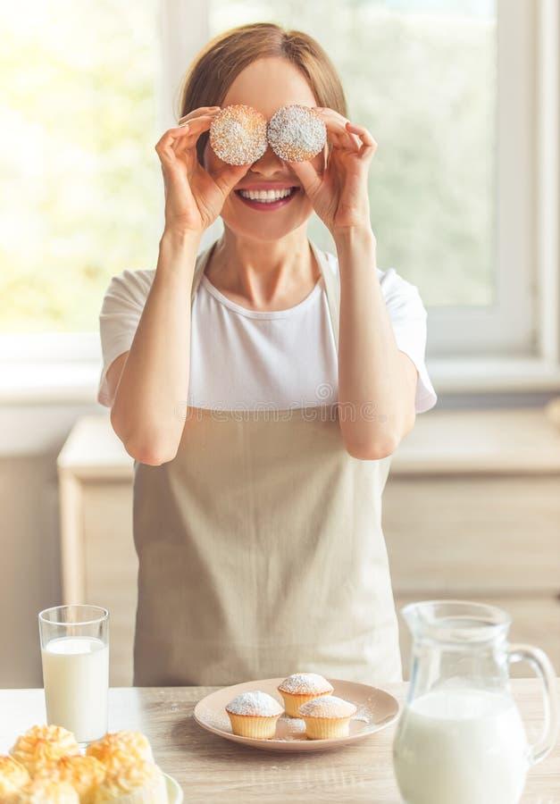 Schöne Frau in der Küche lizenzfreies stockbild