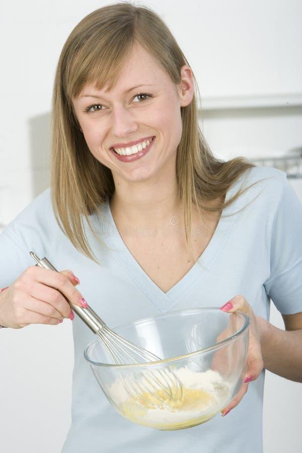 Schöne Frau in der Küche lizenzfreies stockfoto