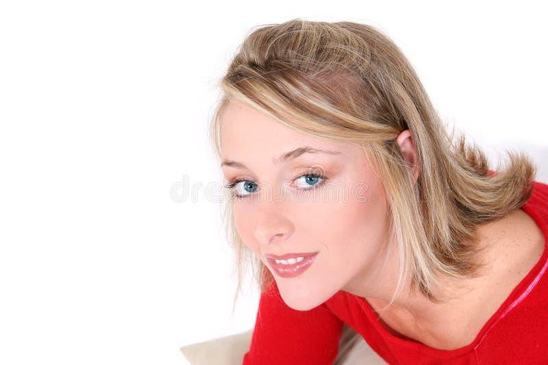 Schöne Frau in der roten Strickjacke über Weiß stockfoto