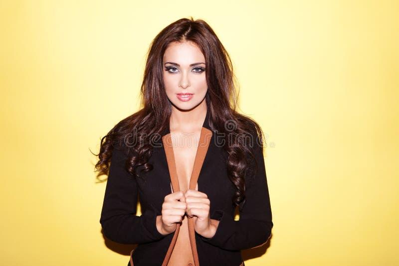 Schöne Frau in der stilvollen Jacke stockfotografie