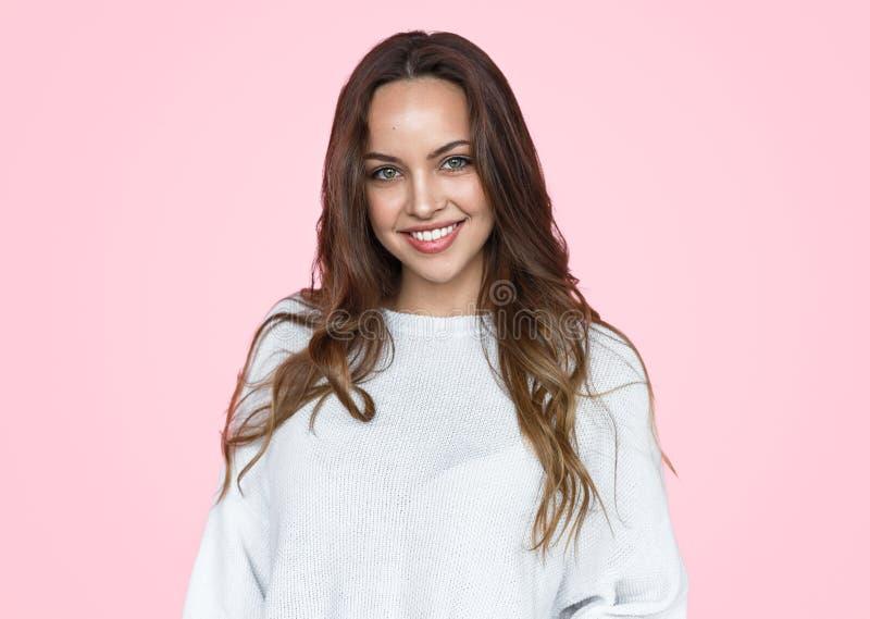 Schöne Frau in der weißen Strickjacke auf rosa Hintergrund stockfotos