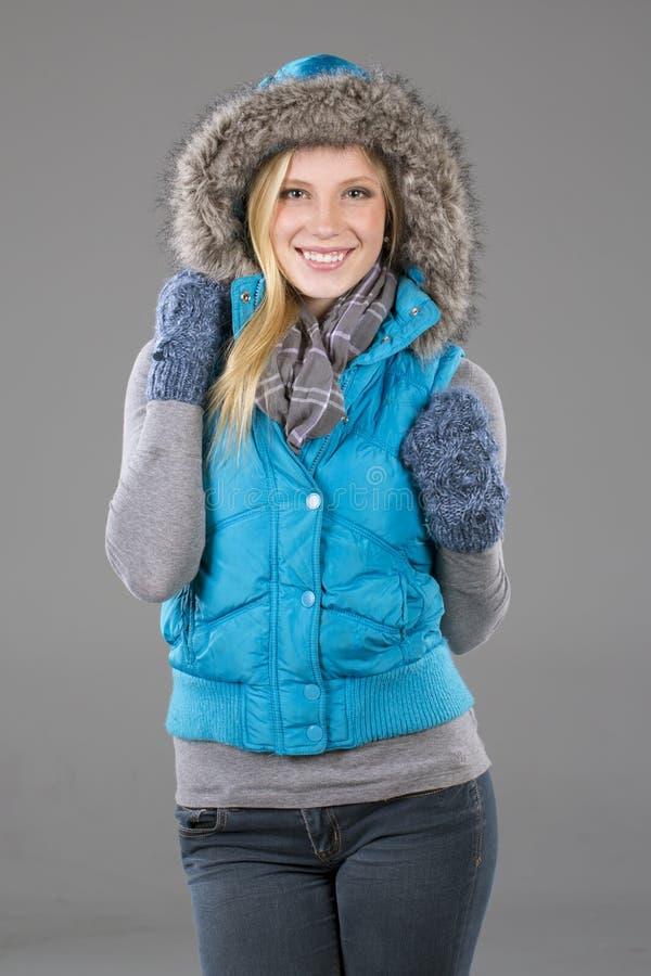 Schöne Frau in der Winter-Kleidung lizenzfreies stockfoto