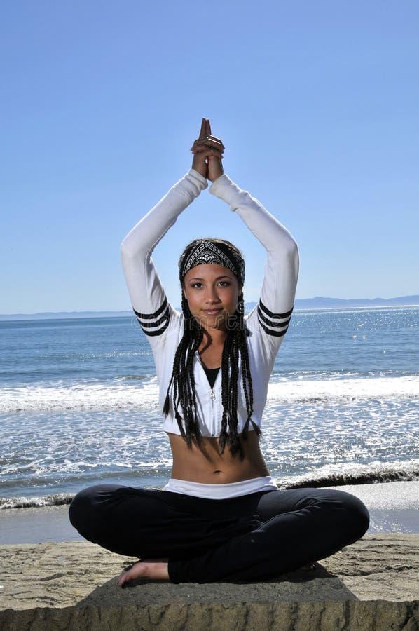 Schöne Frau in der Yogahaltung stockfotografie