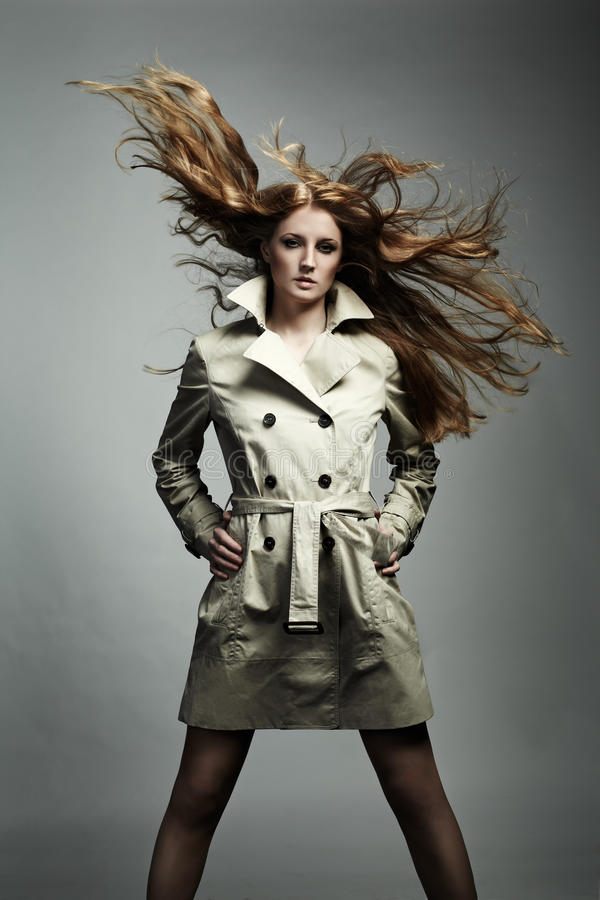 Schöne Frau des Art und Weiseportraits im Regenmantel stockfotografie
