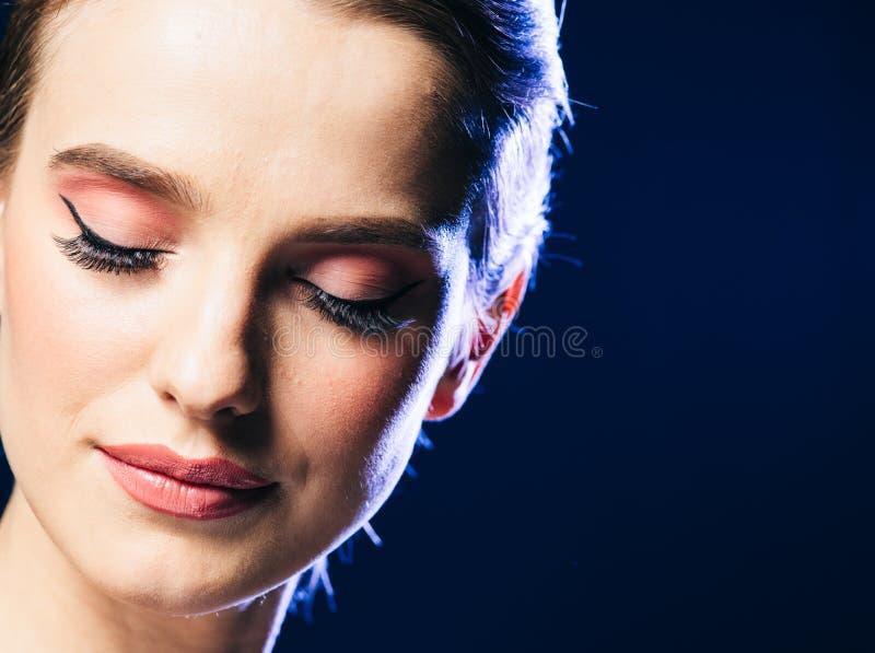 Schöne Frau des Frauennachtlichtstudiomodeverein-Porträts lizenzfreies stockbild