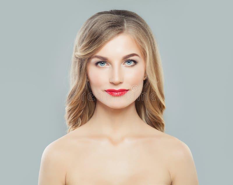 Schöne Frau des gewellten Haares mit langer gelockter Frisur und klarer Haut Gesichtsbehandlung, skincare und Cosmetology lizenzfreie stockfotografie