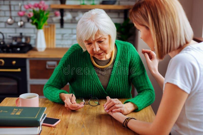 schöne Frau des Jung-Erwachsenen, die herauf herrliche umgekippte Silber-haarige Frau zujubelt lizenzfreie stockbilder