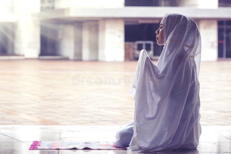 Schöne Frau, die Allah in der Moschee betet stockfotos