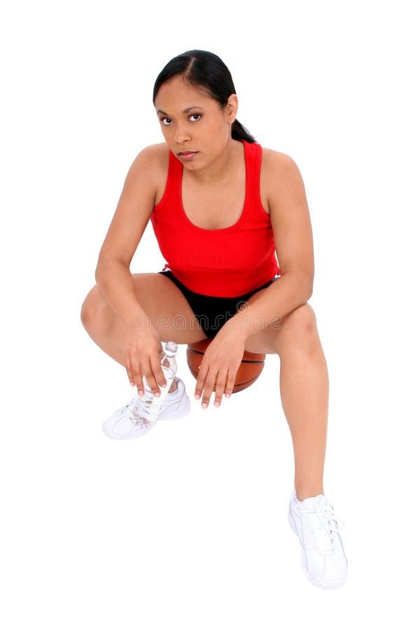 Schöne Frau, Die Auf Basketball Stillsteht Lizenzfreies Stockbild