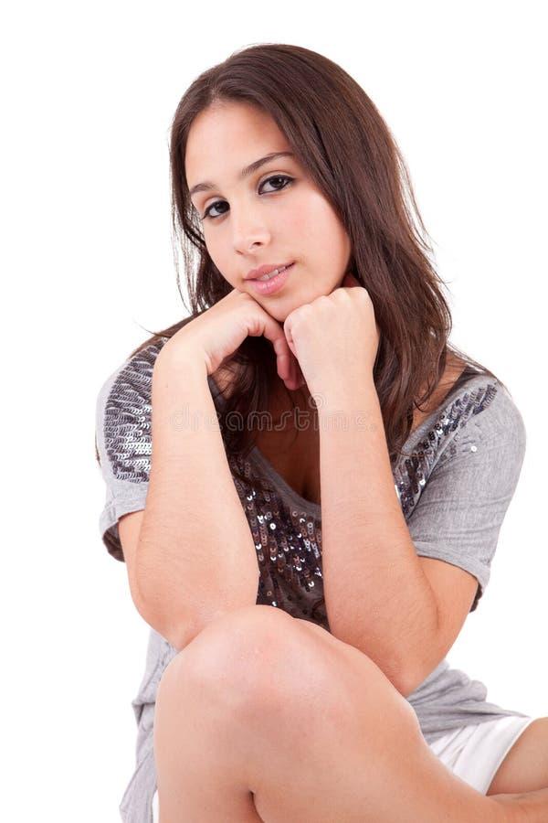 Schöne Frau, die auf einem Stuhl sitzt lizenzfreie stockbilder
