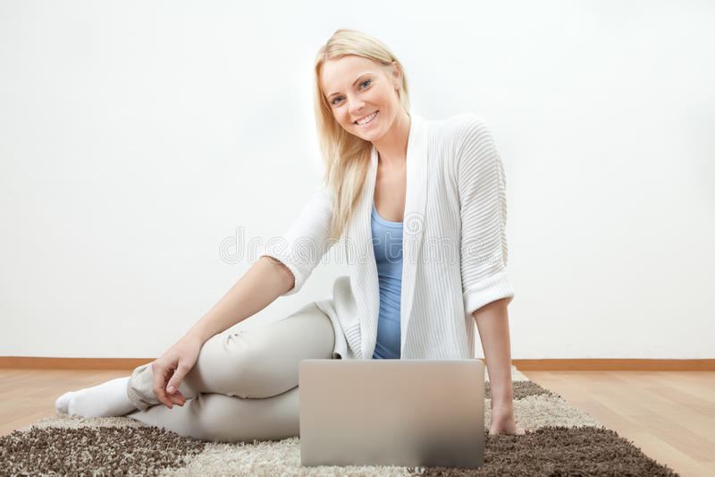 Schöne Frau, die an Computer arbeitet lizenzfreie stockbilder