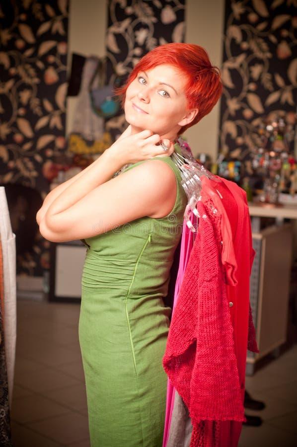Schöne Frau, die ein Kleid anhält stockfotos
