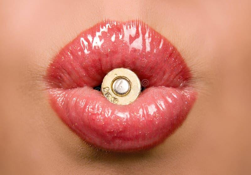 Schöne Frau, die ein Shell in ihrem Lippensimbol anhält lizenzfreies stockbild