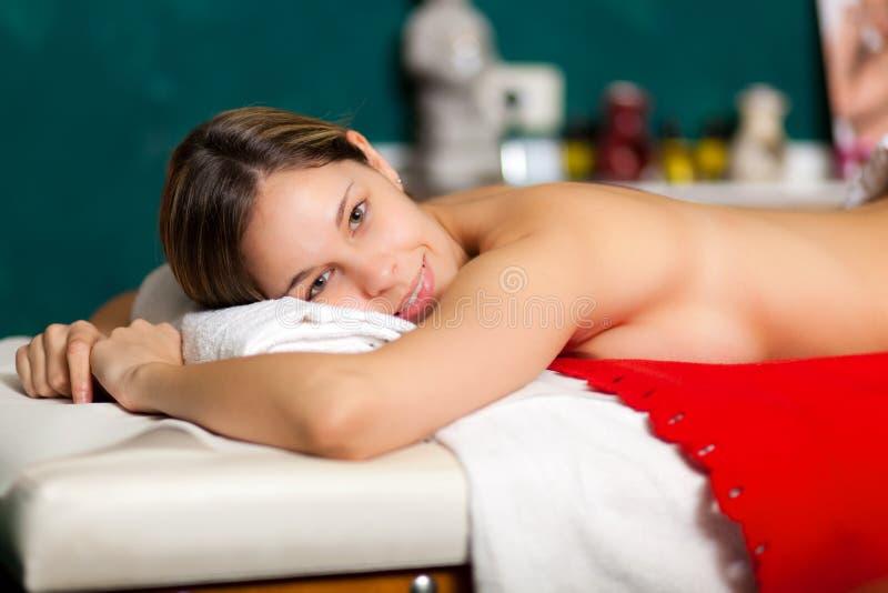 Schöne Frau, die eine Massage hat lizenzfreies stockbild