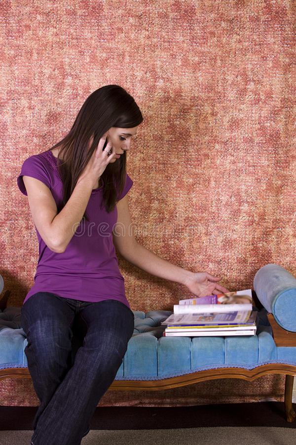 Schöne Frau, die eine Zeitschrift liest stockfotos