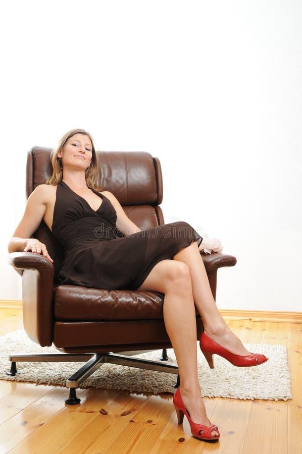 Download Schöne Frau, Die In Einem Sessel Sitzt Stockfoto   Bild Von  Kontakt, Jung