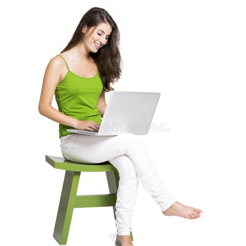 Mit einem Laptop zu Hause arbeiten stockbilder