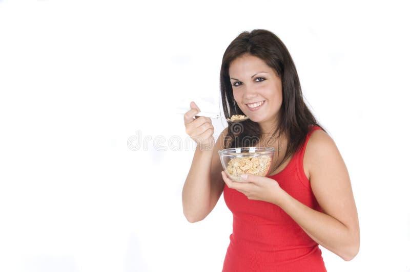 Schöne Frau, die ihr Frühstück isst stockfotografie