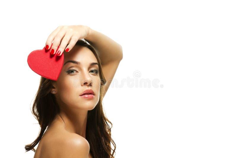 Schöne Frau, die rotes Inneres über ihrem Kopf anhält stockfotos