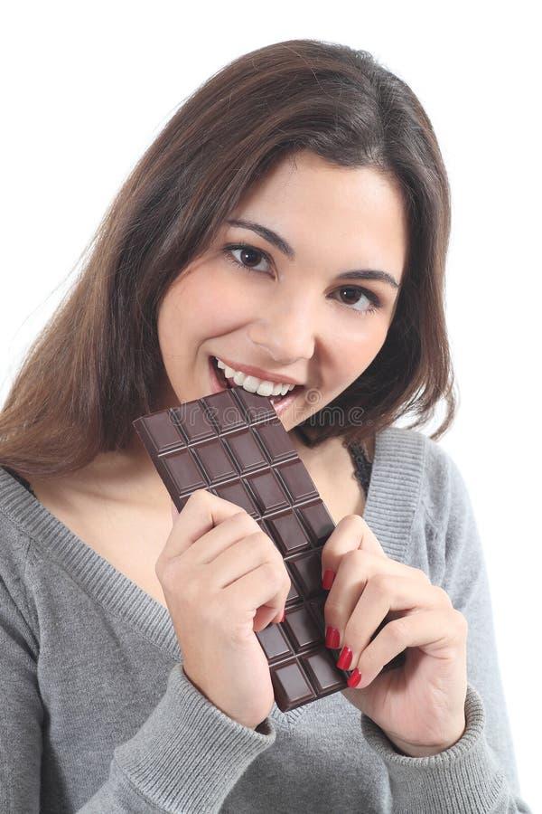 Schöne Frau, die Schokolade isst stockfotografie