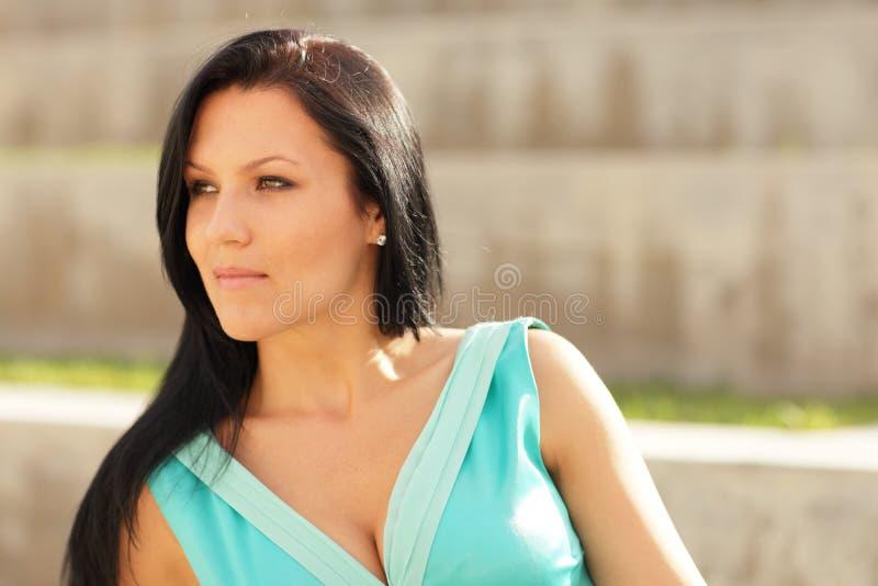 Schöne Frau, die weg von Kamera flüchtig blickt stockfotografie