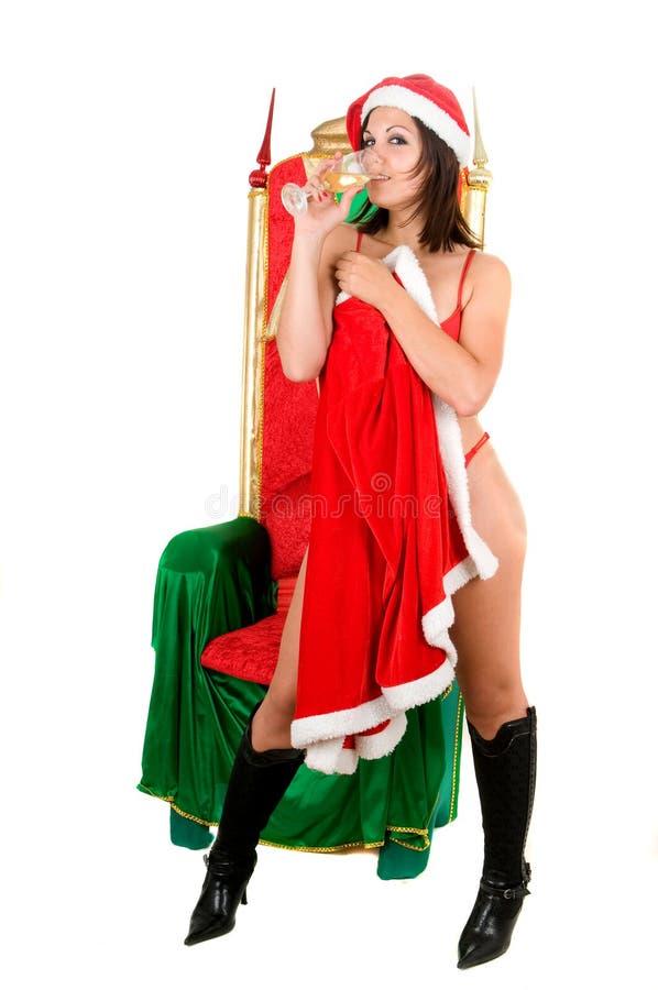 Schöne Frau, die Weihnachtsmann-Kleidung trägt lizenzfreie stockbilder