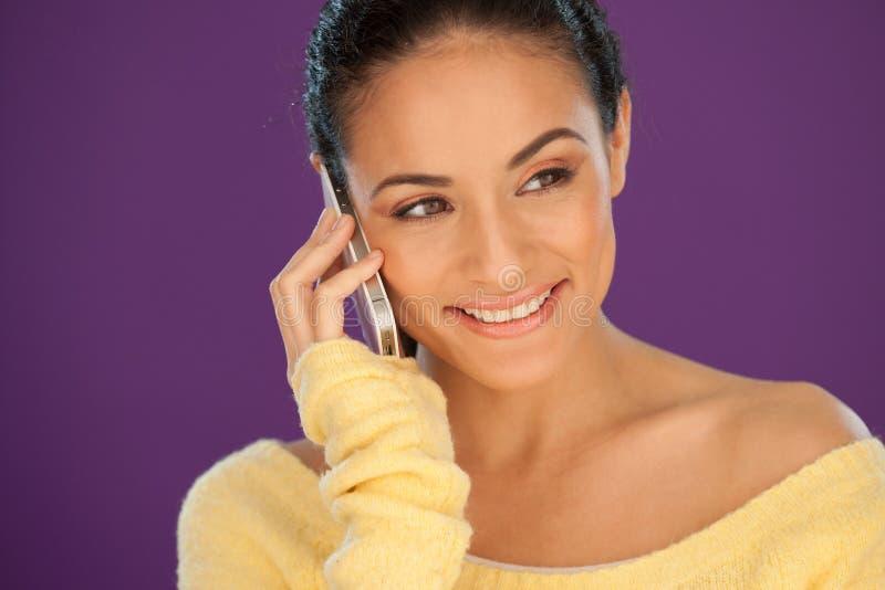Schöne Frau, die zu ihrem Mobile hört lizenzfreie stockfotografie