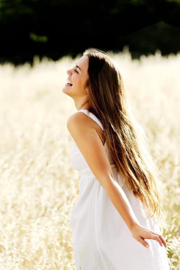 Schöne Frau draußen an einem sonnigen Tag stockfotografie