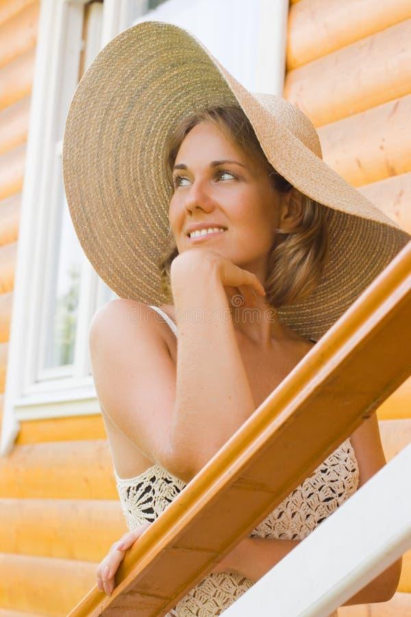 Schöne Frau in einem Hut lizenzfreies stockbild