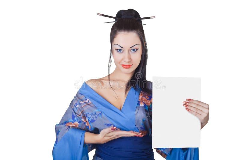 Schöne Frau in einem Kimono mit unbelegter Anschlagtafel lizenzfreies stockbild